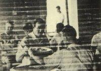 JOHN WAYNE en Corregidor. Al fondo, el MARINE LEE HARVEY OSWALD