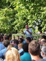 Seorang pengunjung Hyde Park merespons orasi seseorang di Hyde Park