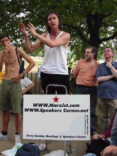 Seorang aktivis socialist berorasi di Hyde Park