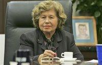 Jeannette Hausler, hermana de Robert Fuller, estadounidense que fue torturado y luego fusilado en Cuba poco después del ascenso de Fidel Castro al poder, escucha a sus abogados en la oficina de éstos en Coral Gables, Florida, el jueves 14 de diciembre de 2006. (Foto AP/J. Pat Carter)