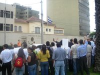 Jóvenes peruanos frente a la embajada cubana en Lima