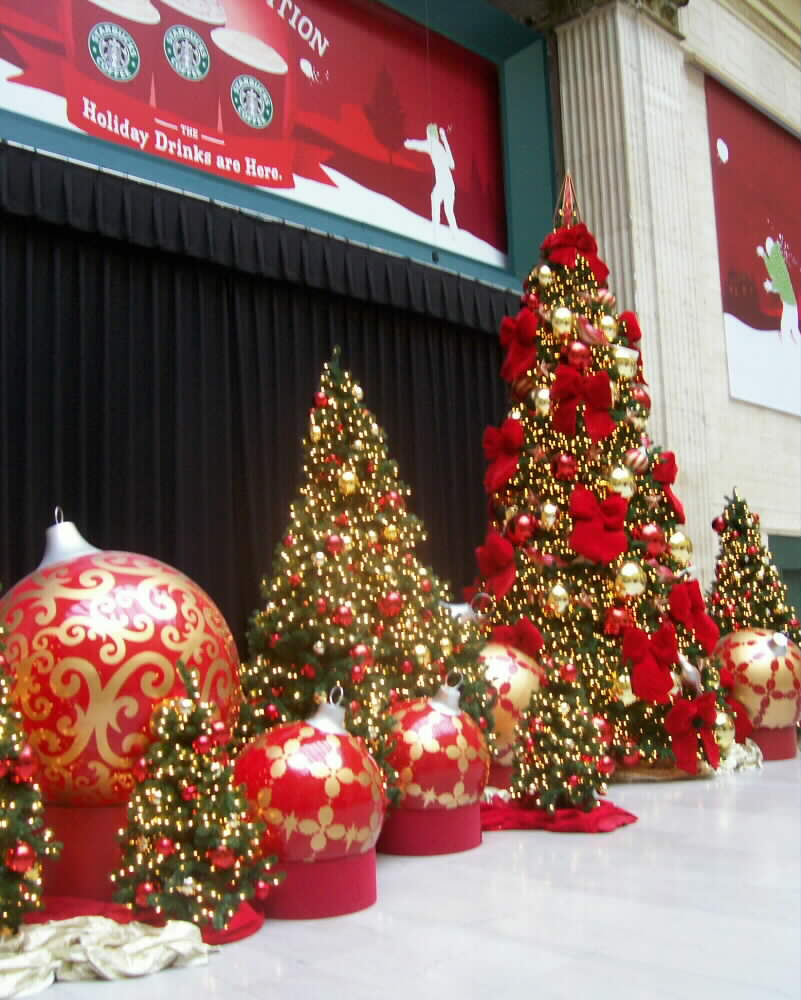 at christmastime the great hall why not call it a waiting room of the chicago union station is well decorated - Chicago Christmas Station