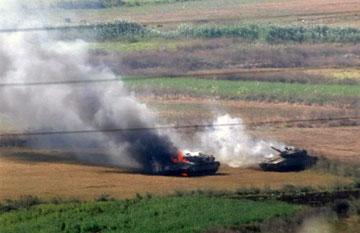 دبابتا ميركافا إسرائيليتان مشتعلتان في جنوب لبنان