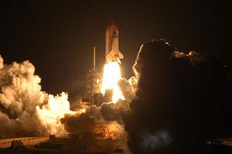 Bild från NASA som visar hur Siscovery lyfter för STS-116