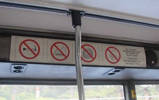é proibido levar durians dentro de onibus e metros. O seu cheiro forte fica impregnado em todos devido ao ar condicionado