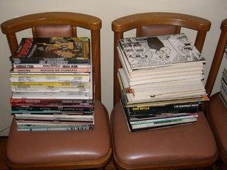 As cadeiras da sala viraram porta-livros