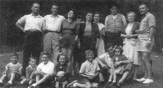 Gigi, asomándose apenas entre los adultos. Su papá es el primero de la izquierda y el nono lleva su infaltable sombrero.