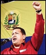 Chávez levanta el puño izquierdo, símbolo del comunismo