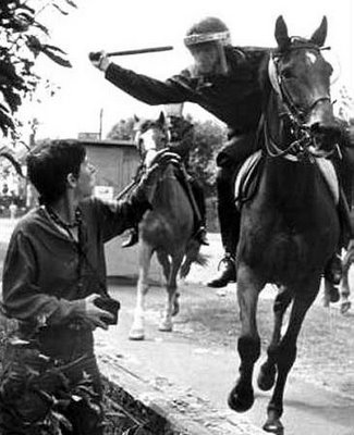 Innocent policeman attacked by pit thug