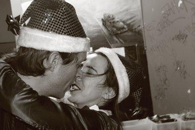 portrait d'un père noel et d'une mère noel s'embrassant, the impish Santa Claus, photo dominique houcmant, goldo graphisme
