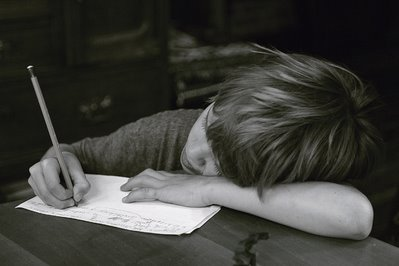 photo d'un enfant faisant ses devoirs, photo dominique houcmant, goldo graphisme