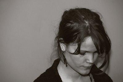 accroche coeur, photo portrait de fille les cheveux dans les yeux, girl portrait, retrato mujer, copyright dominique houcmant, Goldo