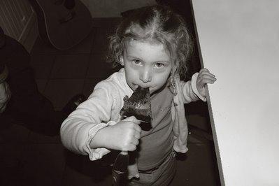 le petite fille et le chocolat