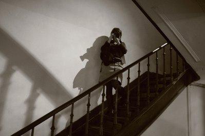 photo d'une photographe dans des escaliers à l'Escalier de Liège, photo dominique houcmant, goldo graphisme