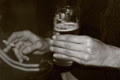 photo de mains avec bière et cigarette, hands photo with beer and cigarette, copyright dominique houcmant, Goldo