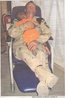 soldado y niña iraquí