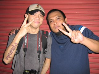 Chito Miranda  ng Parokya at Boy Dapa (qroon) sa 2006 NU 107 Rock Awards