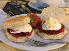 scones with clotted cream and strawberry jam (accompagnano il té in Cornovaglia)