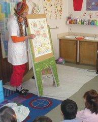 A pintora Joaninha vai ao jardim e mostra  aos meninos o seu quadro com o titulo: Higiene Pessoal