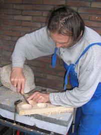 Fonske aan het houtsculpturen