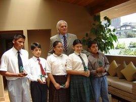 Alcalde de San Isidro con Escolares Ganadores