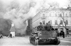 Tropas blindadas sovieticas entram em uma cidade da Pomerania