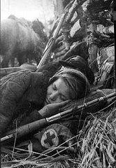 Uma pausa nos combates, uma atiradora sovietica repousa no merecido descanso