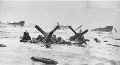 Soldados americanos na praia de Omaha na manhã de 6 de Junho
