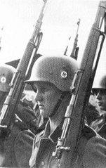 Soldados alemães num desfile em Berlim