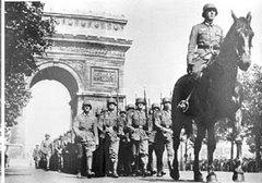 Alemães desfilam em Paris