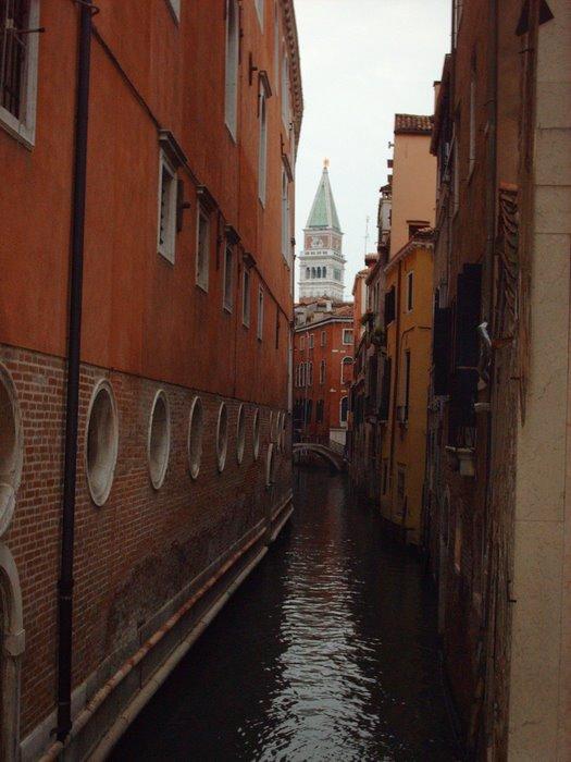 En una ciudad realmente hermosa a la larga no se puede vivir: le quita a uno todas las nostalgias.