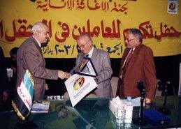 تكريم د/ حمدى السيد نقيب الاطباء لدكتور جمال لنشاطه فى الاغاثة