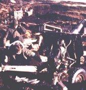 Nicolas Kasanzew accionando un cañon de 105mm en Malvinas