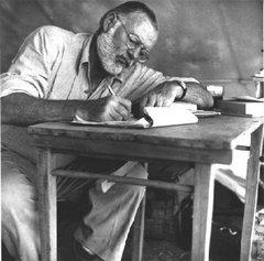 Ernest, adulto, concentrado escribiendo a mano, como un verdadero amanuense, un escribiente...