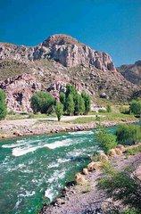 Vista panorámica del Río Atuel, en Valle Grande, Mendoza, Argentina