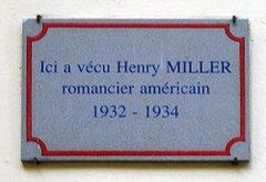 Placa conmemorativa en una pared de un edificio en Francia