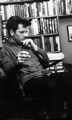 Kerouac adulto, en la tranquilidad del hogar..., y con los libros atrás