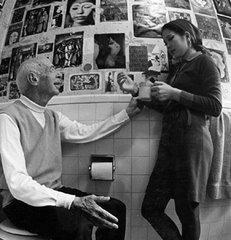 """Henry Miller ya anciano con su joven novia japonesa Hiroko Tokuda, """"Hoki"""", cantante y actriz."""
