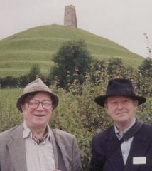 Colin Wilson en su etapa de adulto y Richard Perceval, otro escritor amigo en algún prado verde...