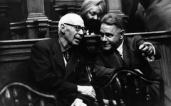 Los escritores Henry Miller y Lawrence Durrell disfrutando un espectáculo, al parecer, o no...