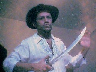 A foto mais esperada por minhas fãs ensandecidas do mundo inteiro: Eu com minha espada em riste...