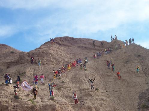 Los diablitos del carnaval bajando el cerro