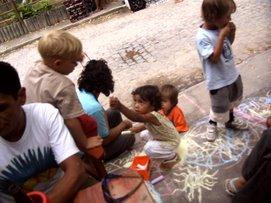 Pintando comica na rua com crianges para lecione arte