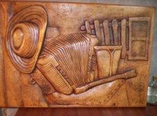 Instrumentos costeños tallados en madera