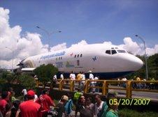 Avion por las calles de Medellin