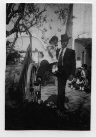 A minha primeira foto----No quintal da tia Maria , no dia do casamento da prima Bárbara..