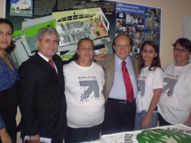 Pastor Davi entre eu e mãe, e o pastor Guilhermino Cunha entre mãe e Nee