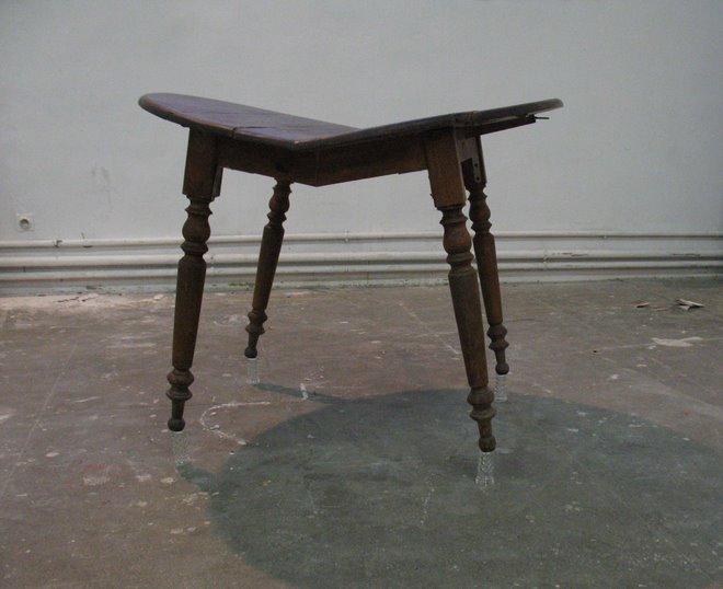 table coupée en 2 en équilibre sur des verres.2007