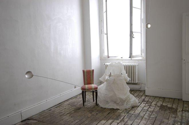 """Dans""""L""""absent(e)""""2005.des éguilles surdimensionnées flottent au dessus des deux époux"""