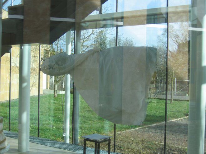 """dionera""robe en levitation.exposition collective à Issoudin2007"